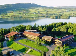 Her ser man Honne Hotell og Konferansesenter fra lufta. Fotografiet er tatt i retning nord-nordøst.