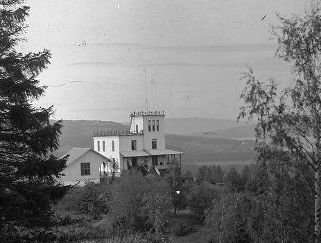 Gammelt bilde fra 20-tallet av det gamle tårnet som sto på Honne før Skogkurs etablerte seg i 1972. Foto: Digitalt museum