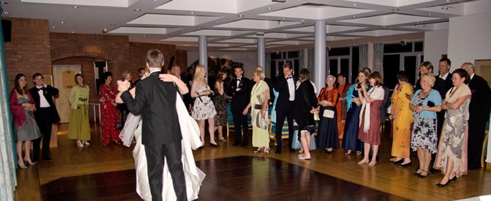 Honnesalen kan brukes til så mangt - også dansegulv! Her har vi egen bar som kan brukes dersom det er arrangementer på kveldstid.